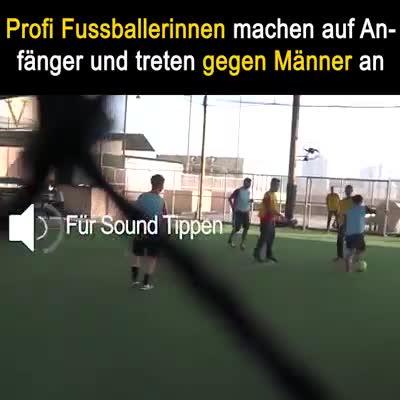 Profi Fussballerinnen Machen Auf Anfanger Und Treten Gegen